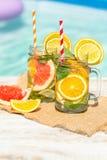 Limonada com laranja e a toranja frescas na associação azul Cocktail tropical Férias de verão idílico Fotografia de Stock