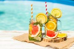 Limonada com laranja e a toranja frescas na associação azul Cocktail tropical Férias de verão idílico Imagem de Stock