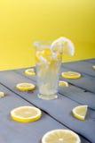 Limonada com o limão fresco no fundo de madeira Imagem de Stock Royalty Free