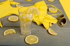 Limonada com o limão fresco no fundo de madeira Fotografia de Stock