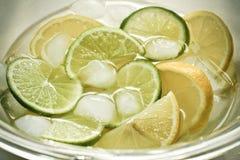 Limonada con el cubo de hielo Fotos de archivo libres de regalías