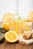 Limonada con el limón y el jengibre en un vidrio transparente Foto de archivo libre de regalías