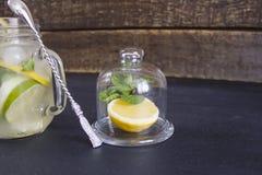 Limonada con hielo en un vidrio Fotos de archivo