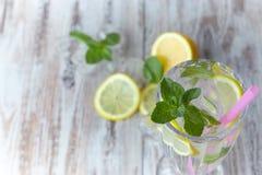 Limonada con hielo y el limón fresco con la menta en fondo de madera Visión horizontal Copie el espacio Primer Bebida de restaura imagenes de archivo