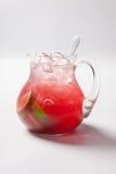 Limonada con la fresa, el limón y el hielo en un jarro de cristal imagen de archivo