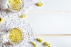 Limonada con las flores y el limón frescos del tilo imagen de archivo