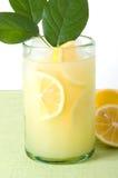 Limonada con pocas hojas del limón imágenes de archivo libres de regalías
