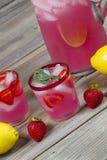 Limonada cor-de-rosa com fruto foto de stock