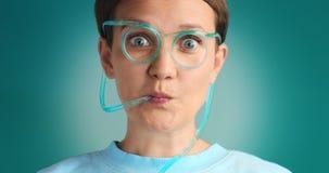 Limonada de consumición observada azul de la mujer Imagen de archivo libre de regalías