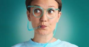 Limonada de consumición observada azul de la mujer Imagen de archivo