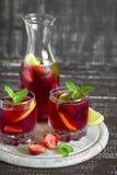 Limonada de la fresa con la menta fresca y el limón en los cubiletes de cristal Imagenes de archivo