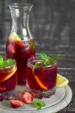 Limonada de la fresa con la menta fresca y el limón en los cubiletes de cristal Imagen de archivo