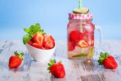 Limonada de la fresa del verano Imagen de archivo libre de regalías