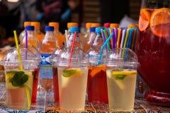 Limonada de restauración de las bebidas en vidrios con los túbulos fotografía de archivo libre de regalías