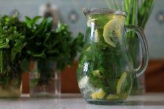 Limonada de restauraci?n con la menta y el lim?n por un d?a de verano caliente en una botella fotografía de archivo