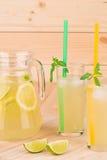 Limonada del verano en fondo de madera Foto de archivo libre de regalías