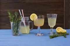 Limonada deliciosa, fresca en los cubiletes de cristal Foto de archivo libre de regalías