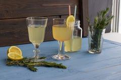 Limonada deliciosa, fresca en los cubiletes de cristal Imagen de archivo libre de regalías