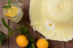 Limonada e chapéu espremidos frescos de Sun do amarelo Imagens de Stock Royalty Free