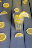 Limonada entre partes dos limões Imagens de Stock