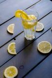 Limonada entre partes dos limões Imagens de Stock Royalty Free