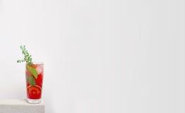 Limonada fría de la fruta en una tabla de piedra con la naranja Imagenes de archivo
