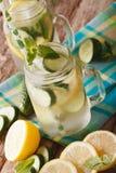 Limonada fría del pepino con el hielo y la menta cercanos para arriba en un tarro de cristal Imagen de archivo libre de regalías