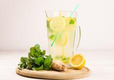 Limonada fresca del verano de los limones, de la menta y del jengibre Agua del Detox Fotografía de archivo libre de regalías