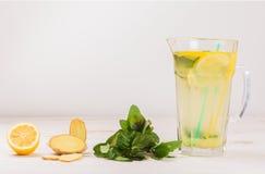 Limonada fresca del verano de los limones, de la menta y del jengibre Agua del Detox Fotografía de archivo