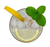 Limonada fresca do cocktail, soda do limão do mel com fatia amarela do cal e opinião superior da hortelã isoladas no fundo branco Imagem de Stock Royalty Free