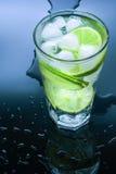 Limonada fresca fria no fundo preto Foto de Stock