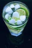 Limonada fresca fria no fundo preto Imagens de Stock