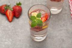 Limonada gelado de refrescamento da morango na tabela cinzenta imagens de stock