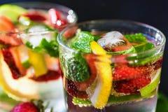 Limonada hecha en casa con las fresas y la menta Imagen de archivo libre de regalías