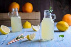 Limonada helada de la fruta cítrica en la tabla de madera imagenes de archivo