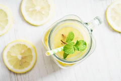 Limonada no frasco com palha verde Foto de Stock