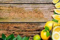 Limonada no jarro com hortelã e limão na tabela Foto de Stock
