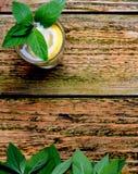 Limonada no vidro com hortelã e limão na tabela Foto de Stock Royalty Free