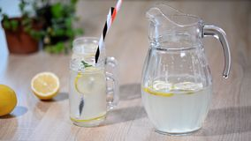 Limonada o cóctel del mojito con el limón y menta, bebida de restauración fría o bebida con hielo almacen de video