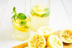 Limonada pronta com garrafa e os limões espremidos Fotos de Stock