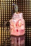 Limonada rosada del cóctel con la fruta de la pasión fresca en tarro del vintage foto de archivo libre de regalías