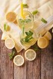 Limonada sabrosa del verano con el hielo y la menta cercanos para arriba en un tarro de cristal Foto de archivo