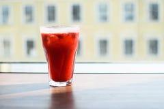 Limonada salvaje fresca de la baya del color rojo foto de archivo