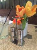 Limonada y flores en la tabla Imagen de archivo