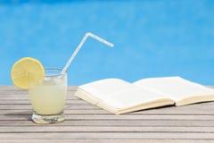Limonada y libro helados en la tabla Fotografía de archivo libre de regalías
