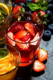 Limonadas de la fruta fresca en el surtido en el fondo oscuro, visión superior Fotos de archivo