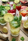 Limonadas frescas con las fresas, los limones, el granate, los pepinos y las hojas de menta Foto de archivo