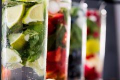 Limonadas frescas diferentes nos vidros com cubos de gelo Foto de Stock Royalty Free