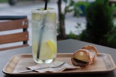 Limonade和大面包,面包 免版税库存照片