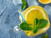 Limonade avec la menthe dans le pot de maçon image libre de droits